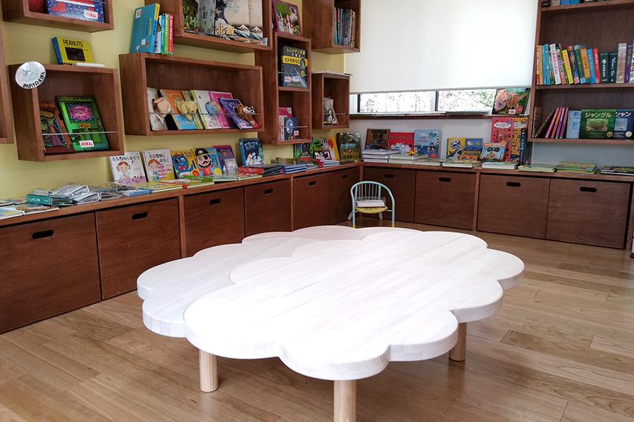 三角屋根の家_絵本テーブル