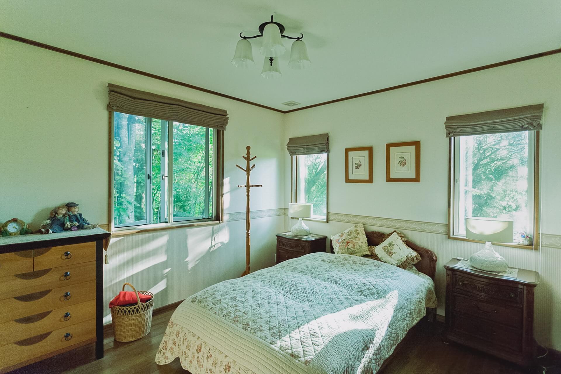 朝5時半には起きて窓を開けるという吉住さん。ベッドルームの窓からは広葉樹の林と草原が見え、時にはキジも飛んでくるそう