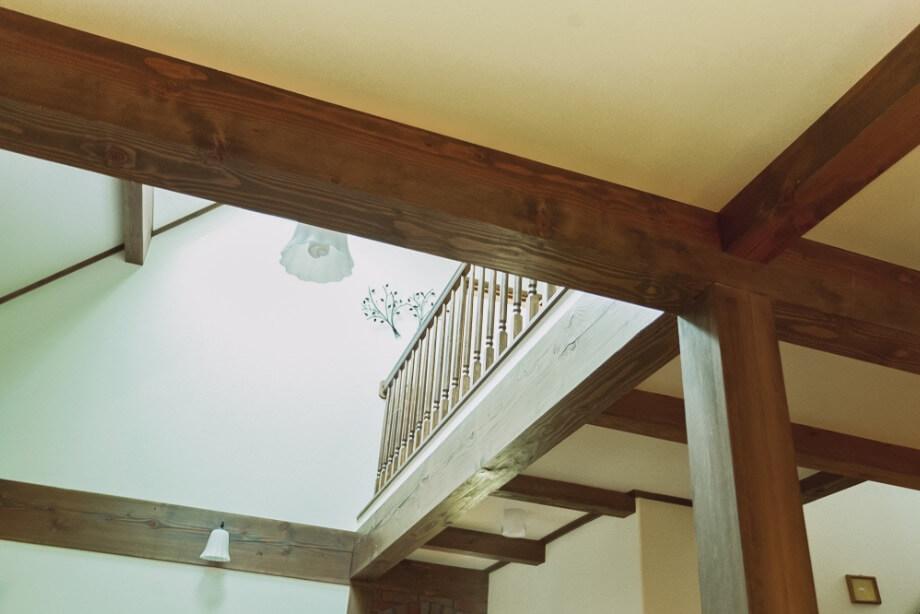 梁や柱はスミがけから組み立てまで、すべて職人の手加工。木のくせを見ながら、一番ふさわしい場所に使うので、しっかりとした造りが実現