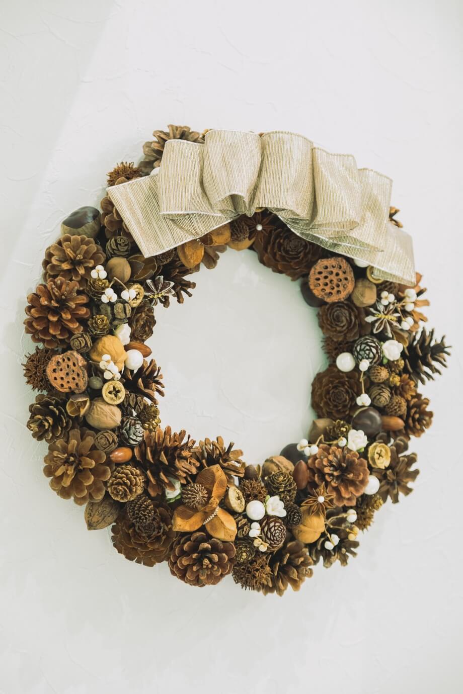 ドイツ語でtrocken(トロッケン)とはドライ、kranz(クランツ)とはリースという意味。 かわいい木の実を集めて作るリース