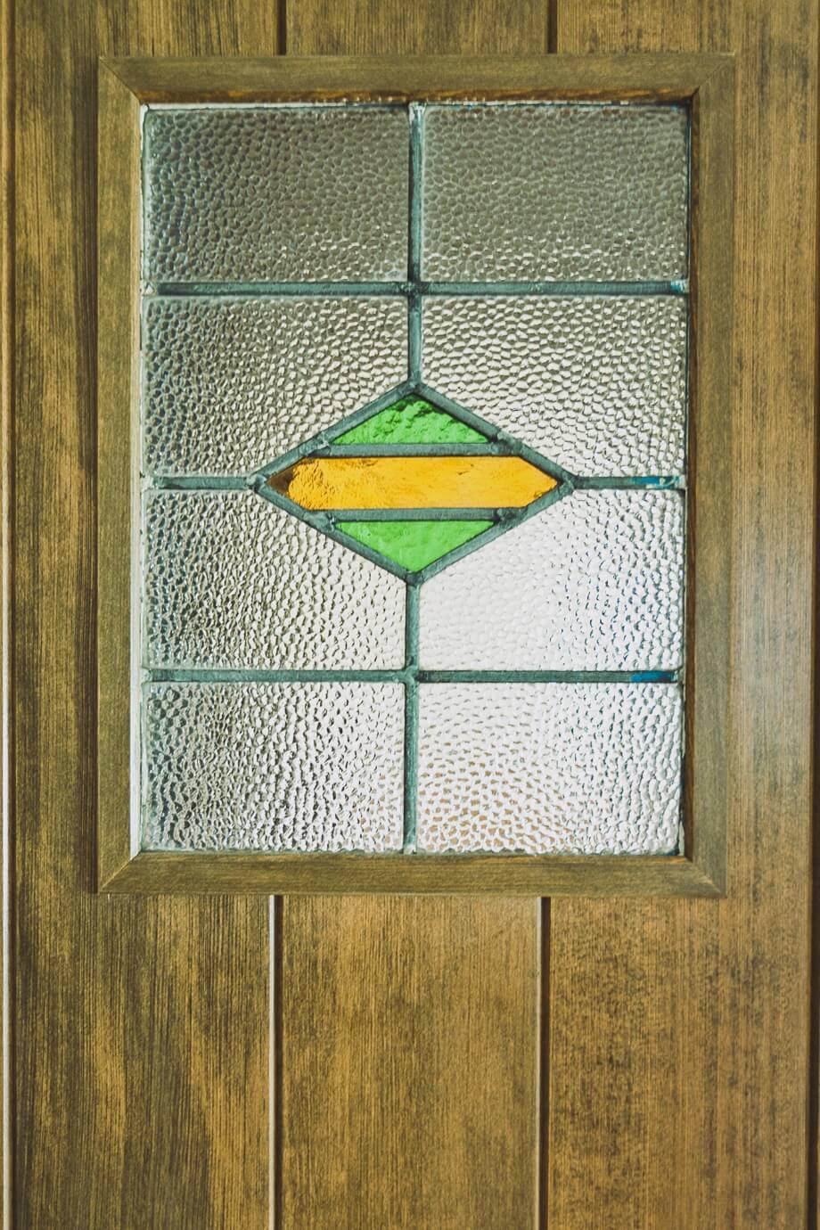 可愛らしいステンドガラスをはめ込んだドアは吉住様からのオーダーで造作