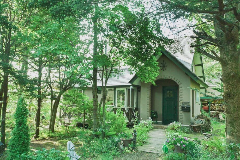 花より緑が好きという吉住さん。ポール・スミザーの庭に倣った、自然そのものに溶け込むアプローチが玄関へと続く