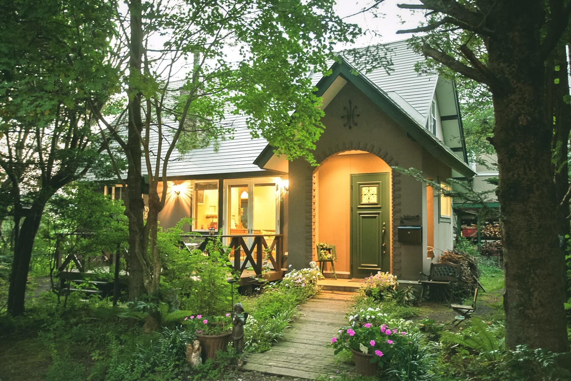 夕暮れになると家の灯りがあたたかく燈って、軽井沢の自然とやさしく調和する