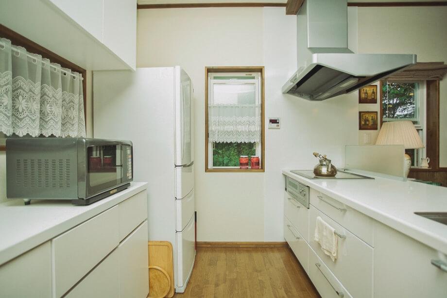 造りつけのシンプルなキッチンは、当初の設計からさらに幅を広く取って動きやすい造りに