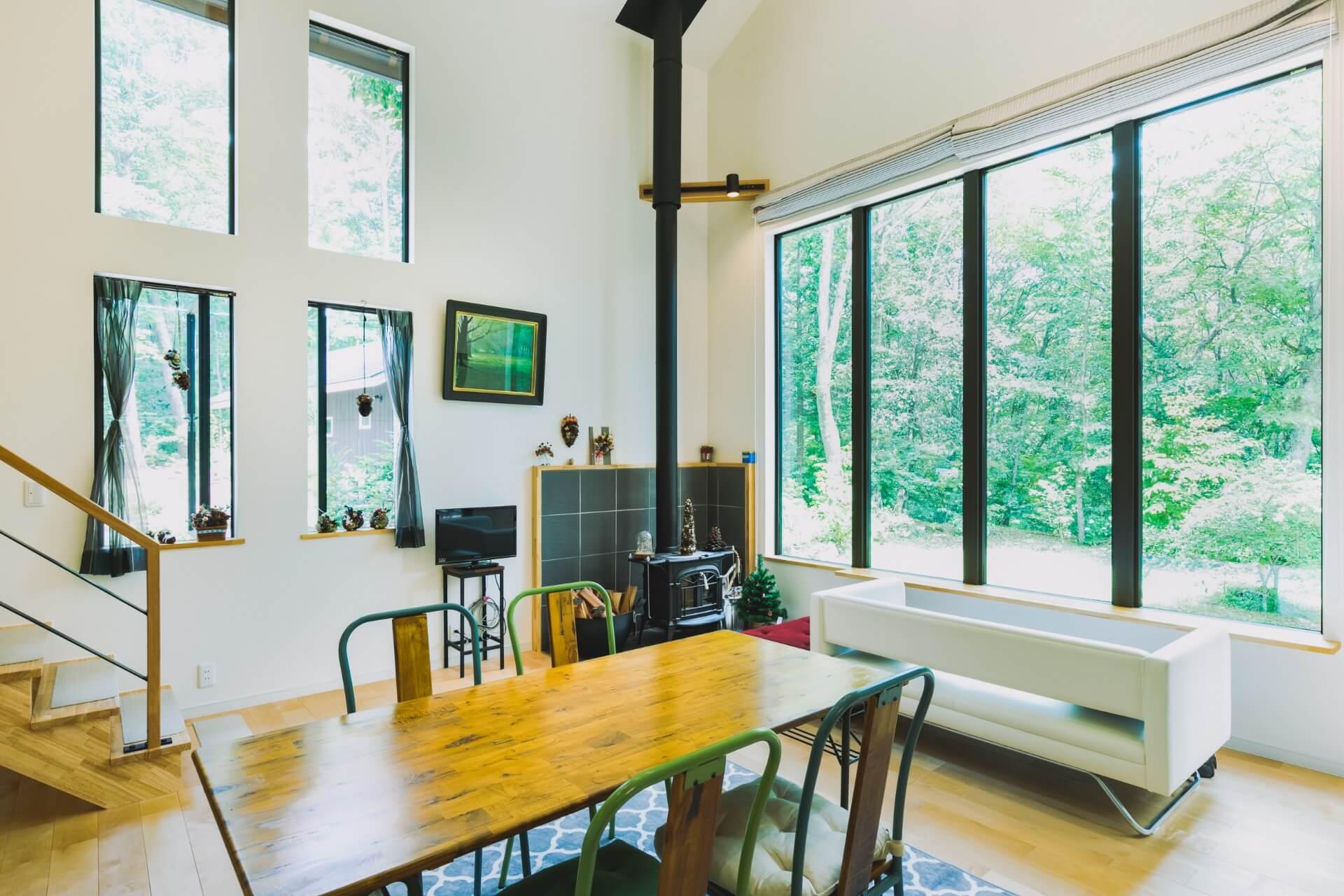 軽井沢の豊かな緑が楽しめるよう窓を大きくとった、開放的で明るいリビング